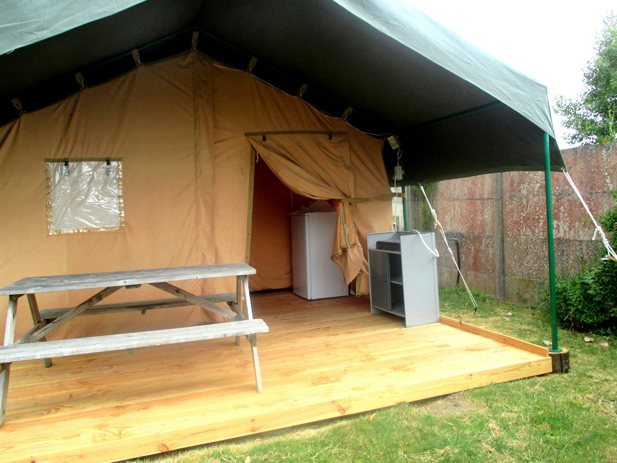 Location tente lodge vend e le jardin du marais for Tente cuisine camping