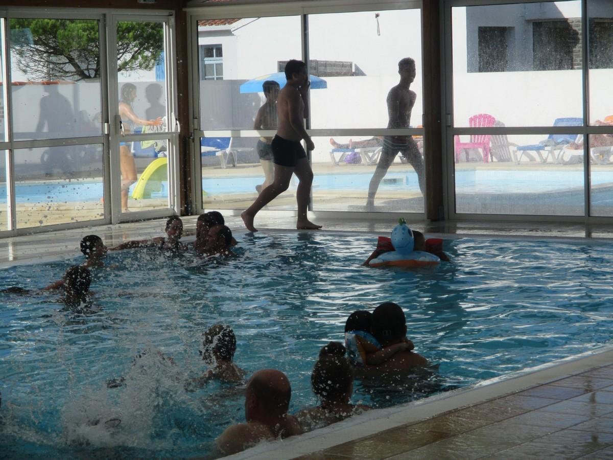 Camping vend e avec piscine couverte le jardin du marais for Piscine 08