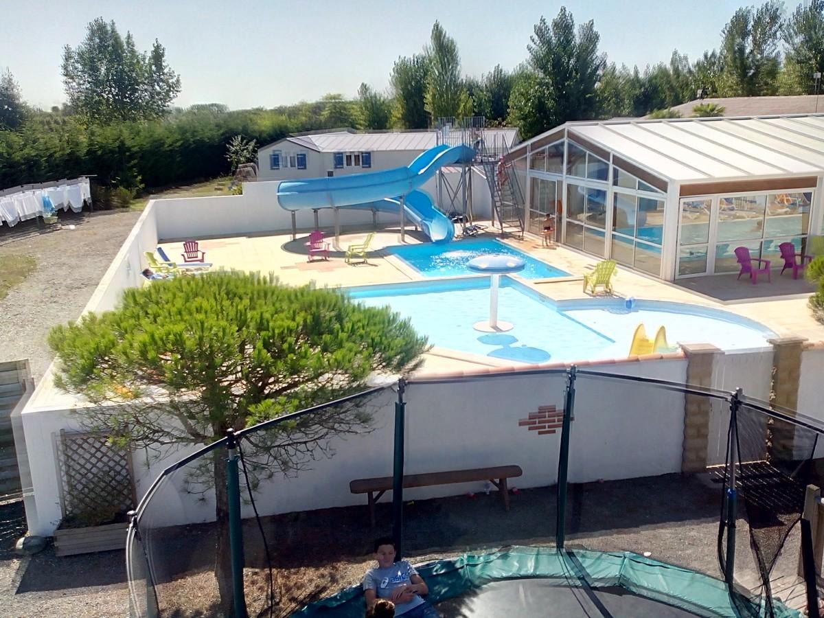 Camping vend e avec piscine couverte le jardin du marais for Piscine jardin aquatique